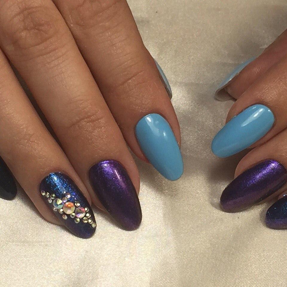 Блестящие стразы на синих длинных ногтях