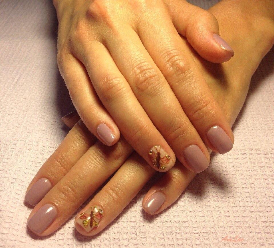 Бежевые ногти с росписью бабочка на короткие ногти
