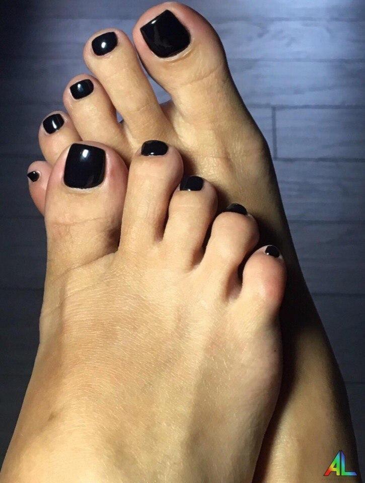 Красивый педикюр с покрытием гель-лака чёрного цвета