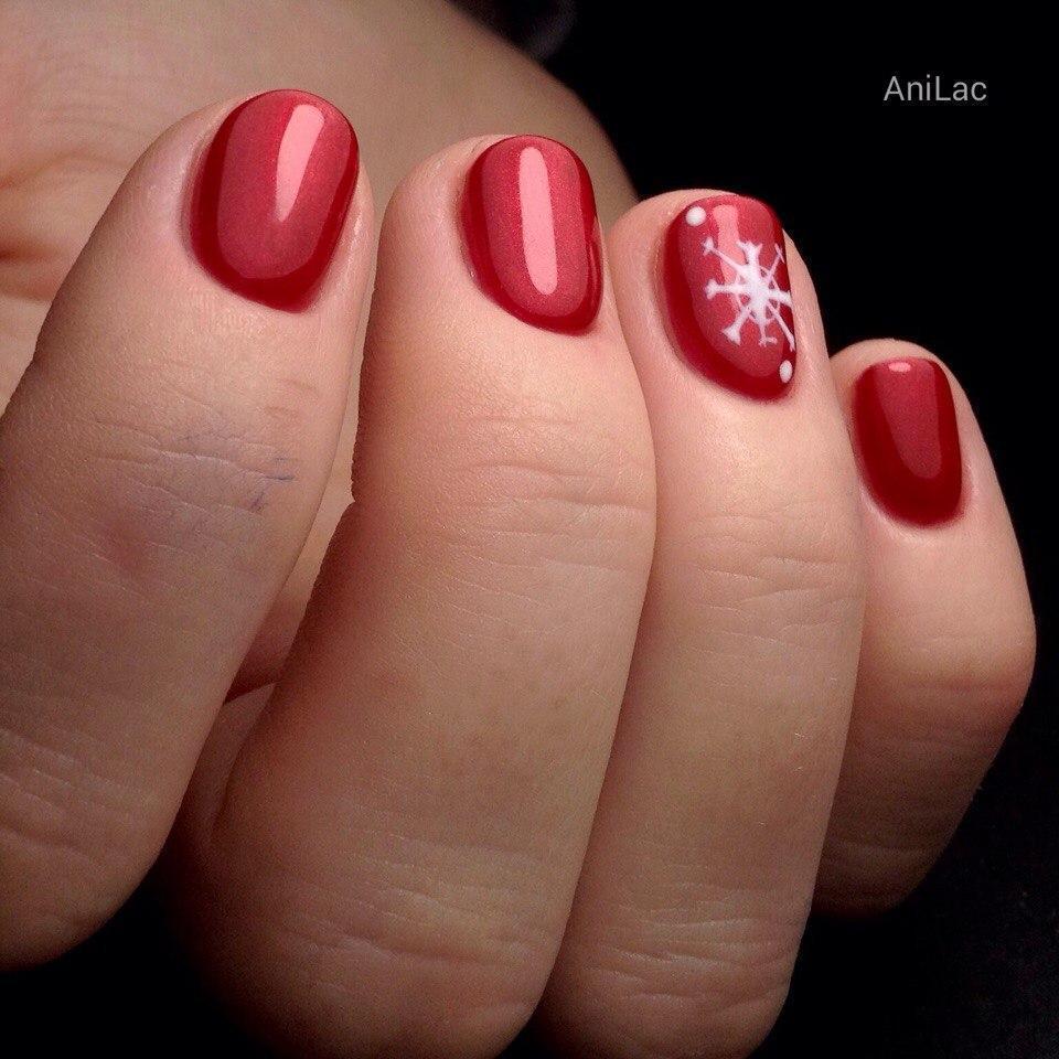 Красивые красные ногти со снежинкой