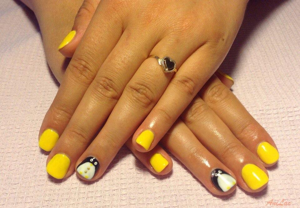 Смешной пингвин с ярким желтым гель-лаком