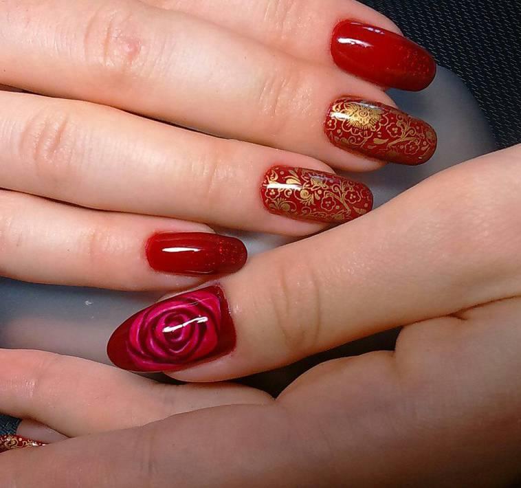 Красные ногти золотой узор