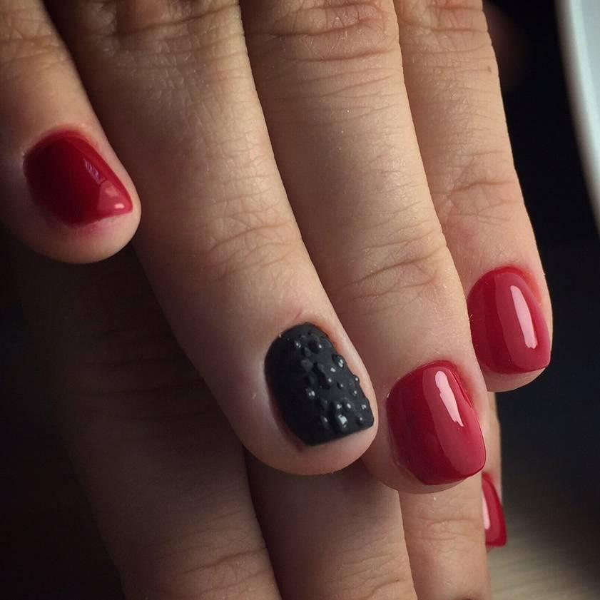 Капельки в красно-черном маникюре