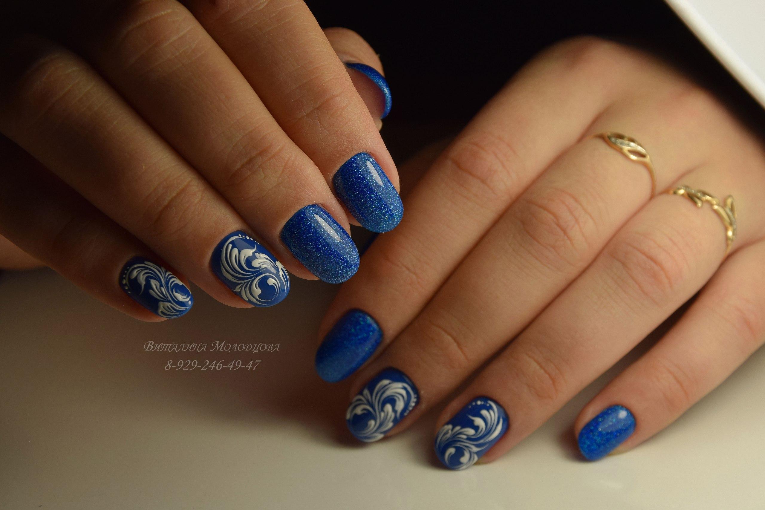 Роспись в блестящем синем маникюре