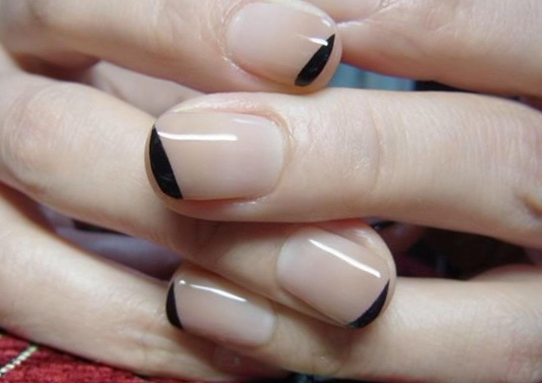 Оригинальный черный френч на коротких ногтях