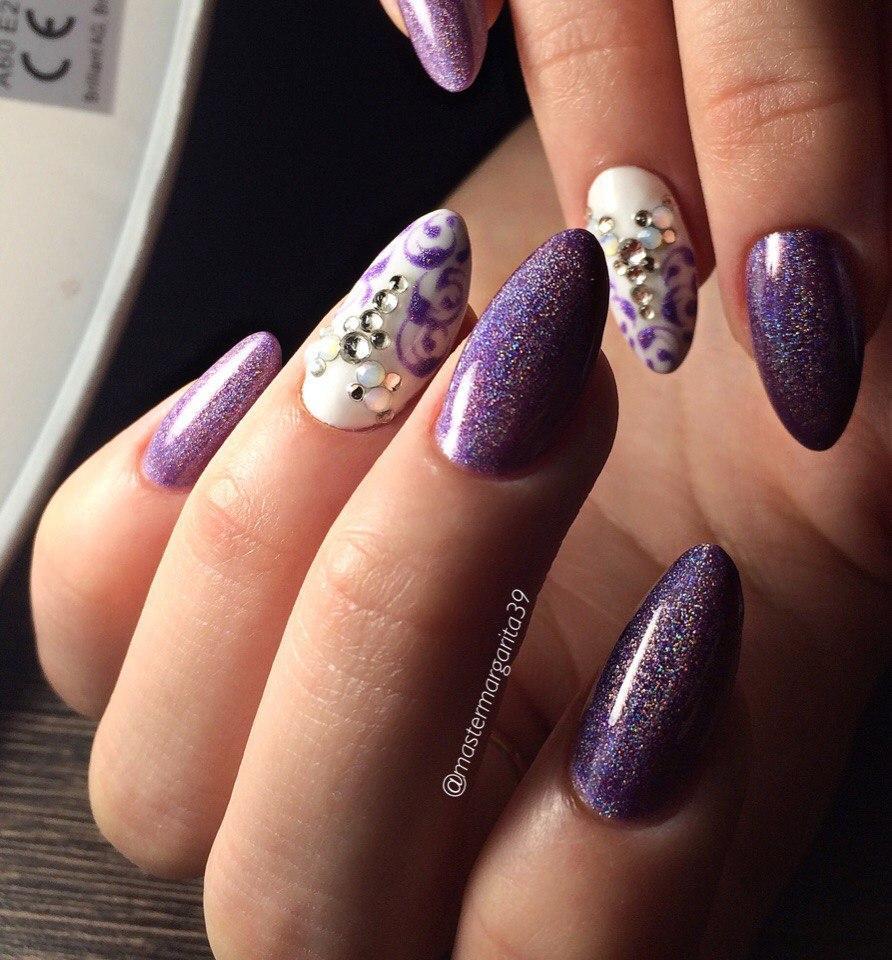 Миндальные ногти с фиолетовым маникюром