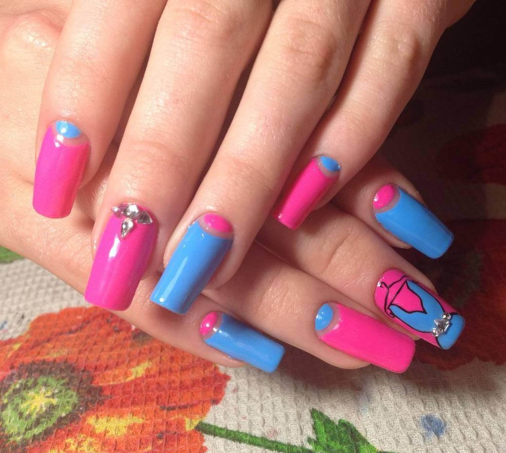 Наращенные ногти в ярком розово-голубом исполнении