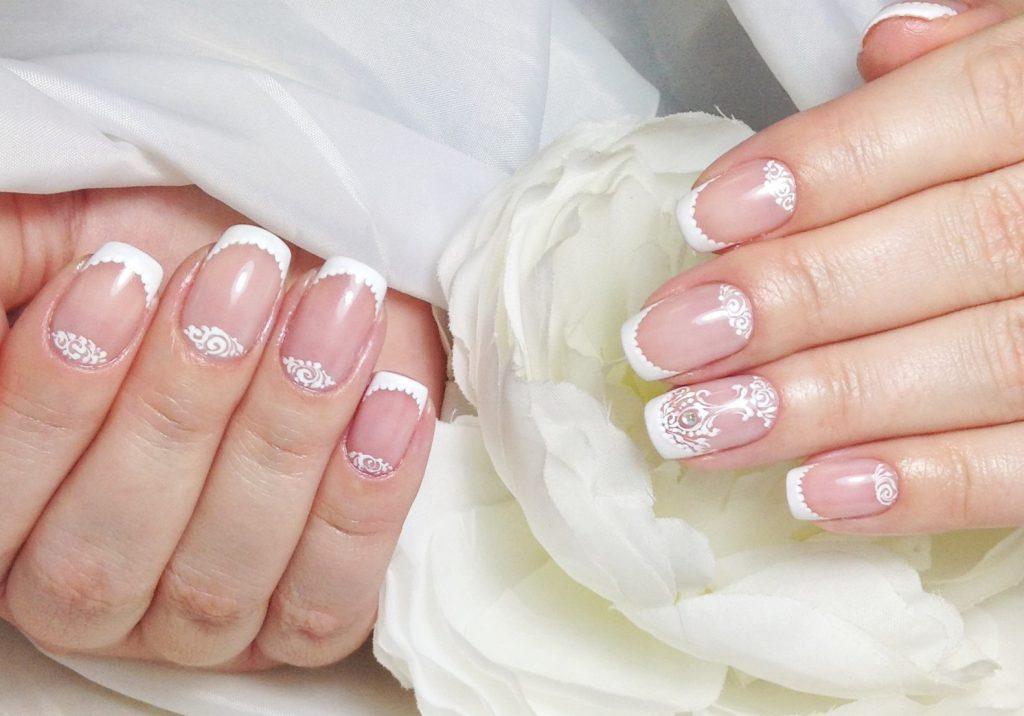 Как разнообразить белый френч на ногтях?