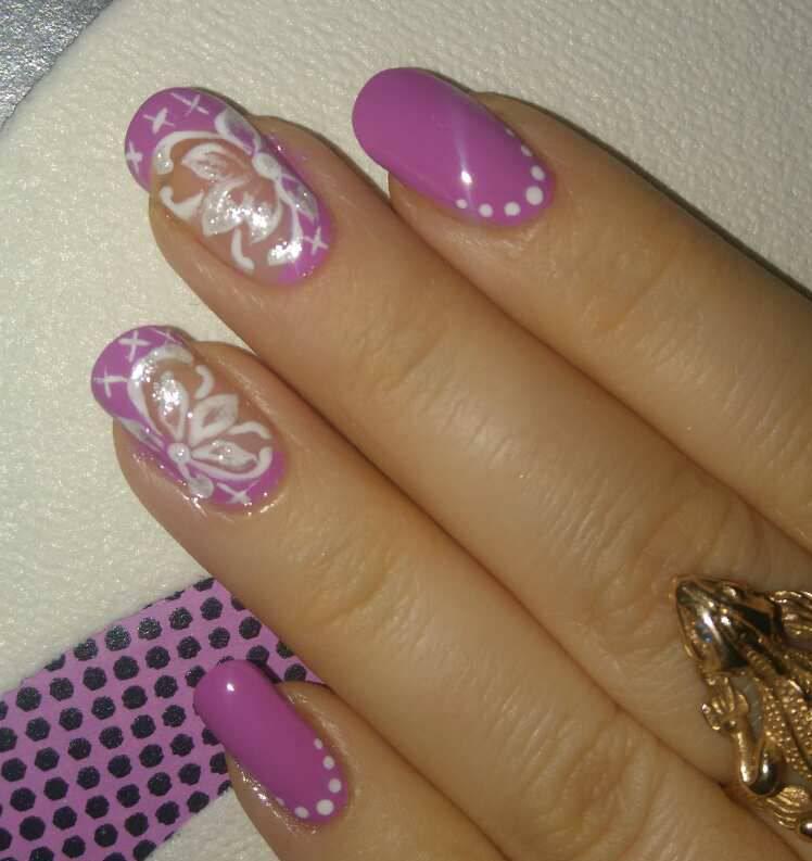 Фиолетовый маникюр с цветочными лепестками