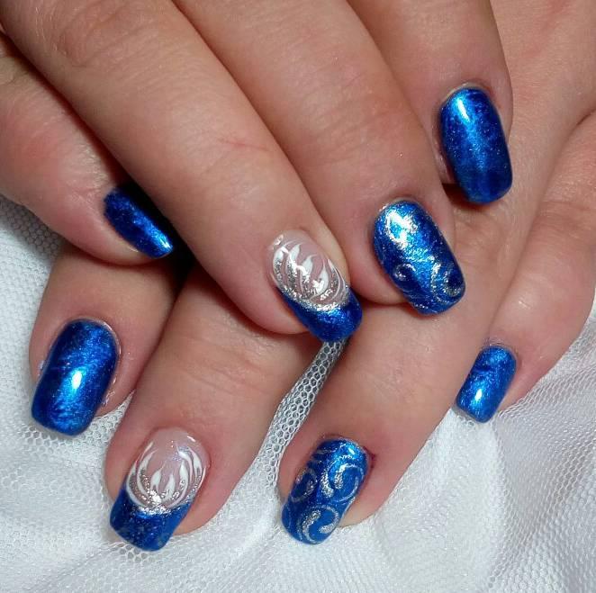 Синие ногти с морозными узорами