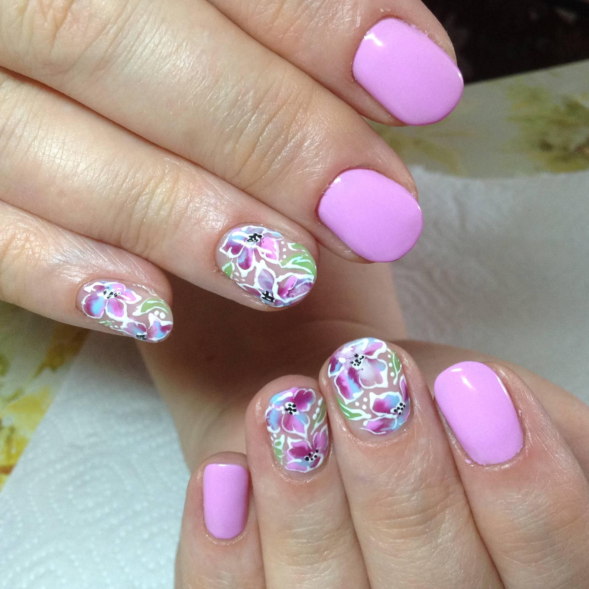 Голографические цветы на коротких ногтях