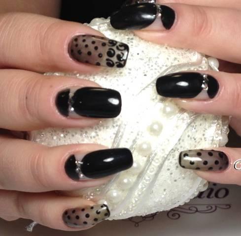 Черные наращенные ногти с декорами