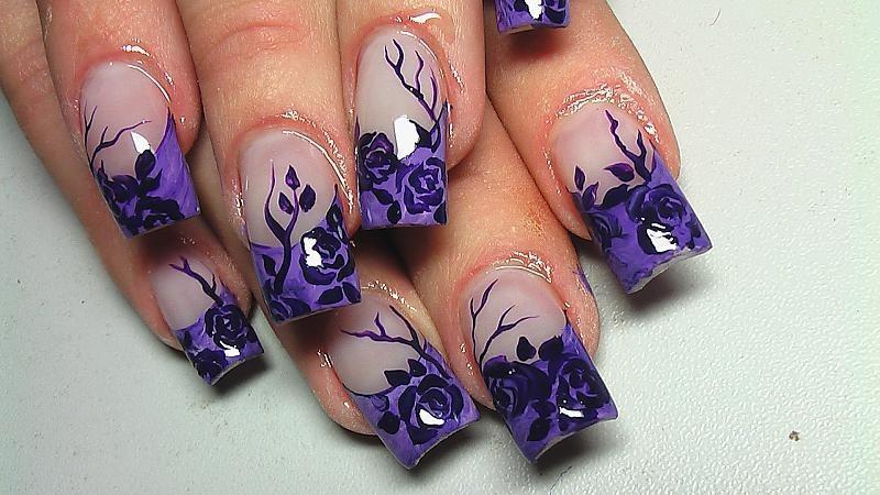 Фиолетовые цветы в маникюре с френчем
