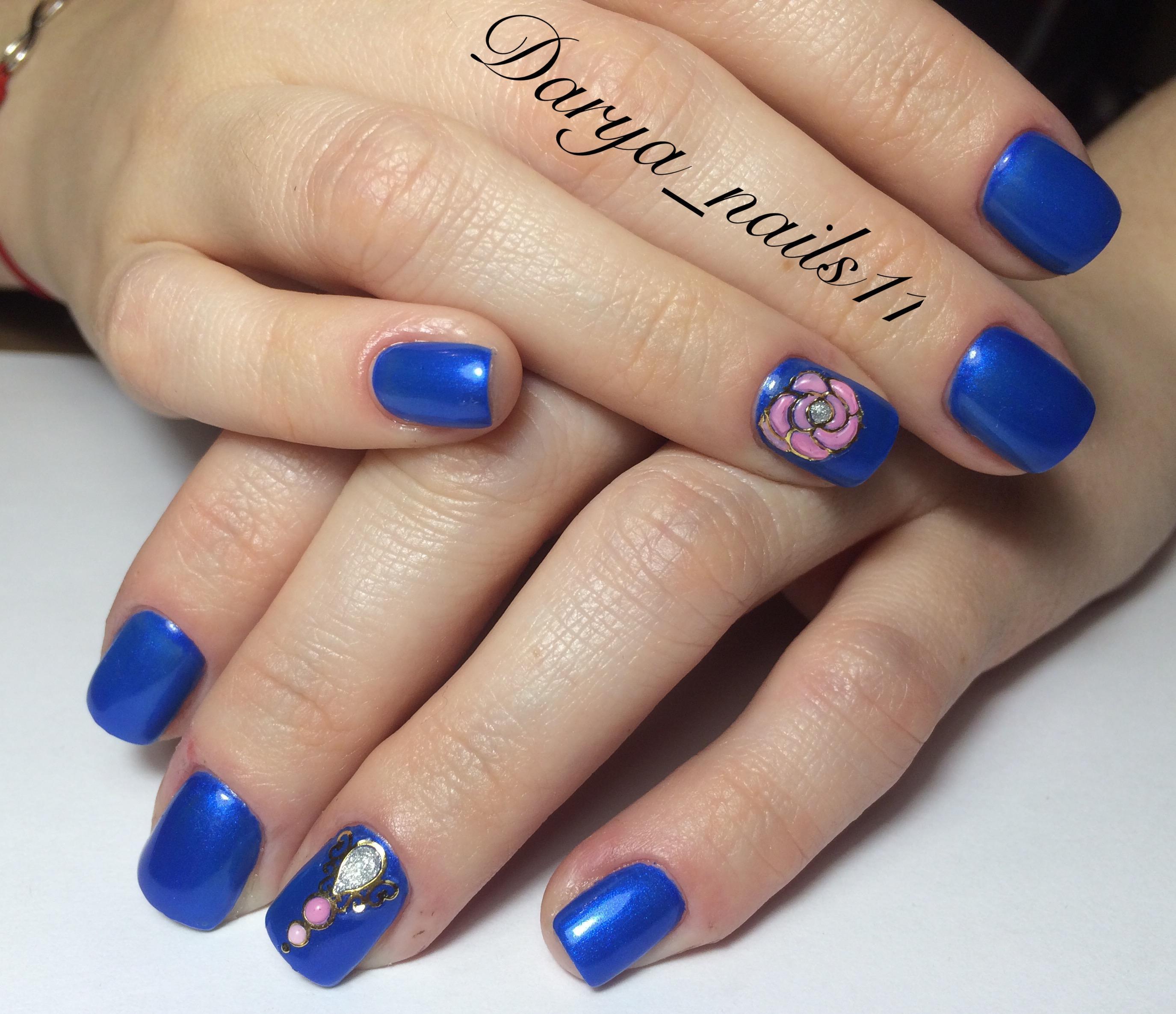 Маникюр с голубым покрытием