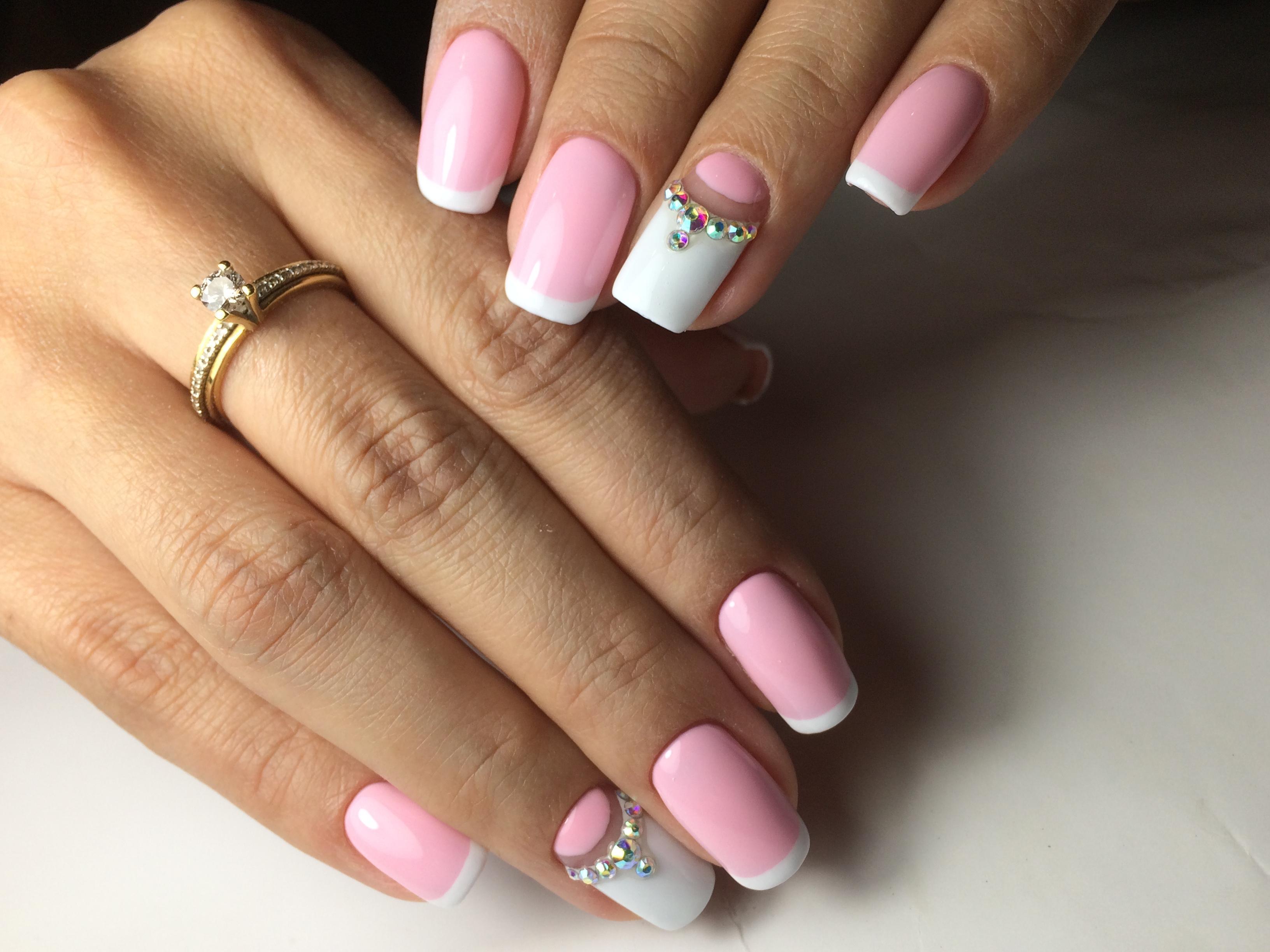 Ногти с розовым френчем и стразами