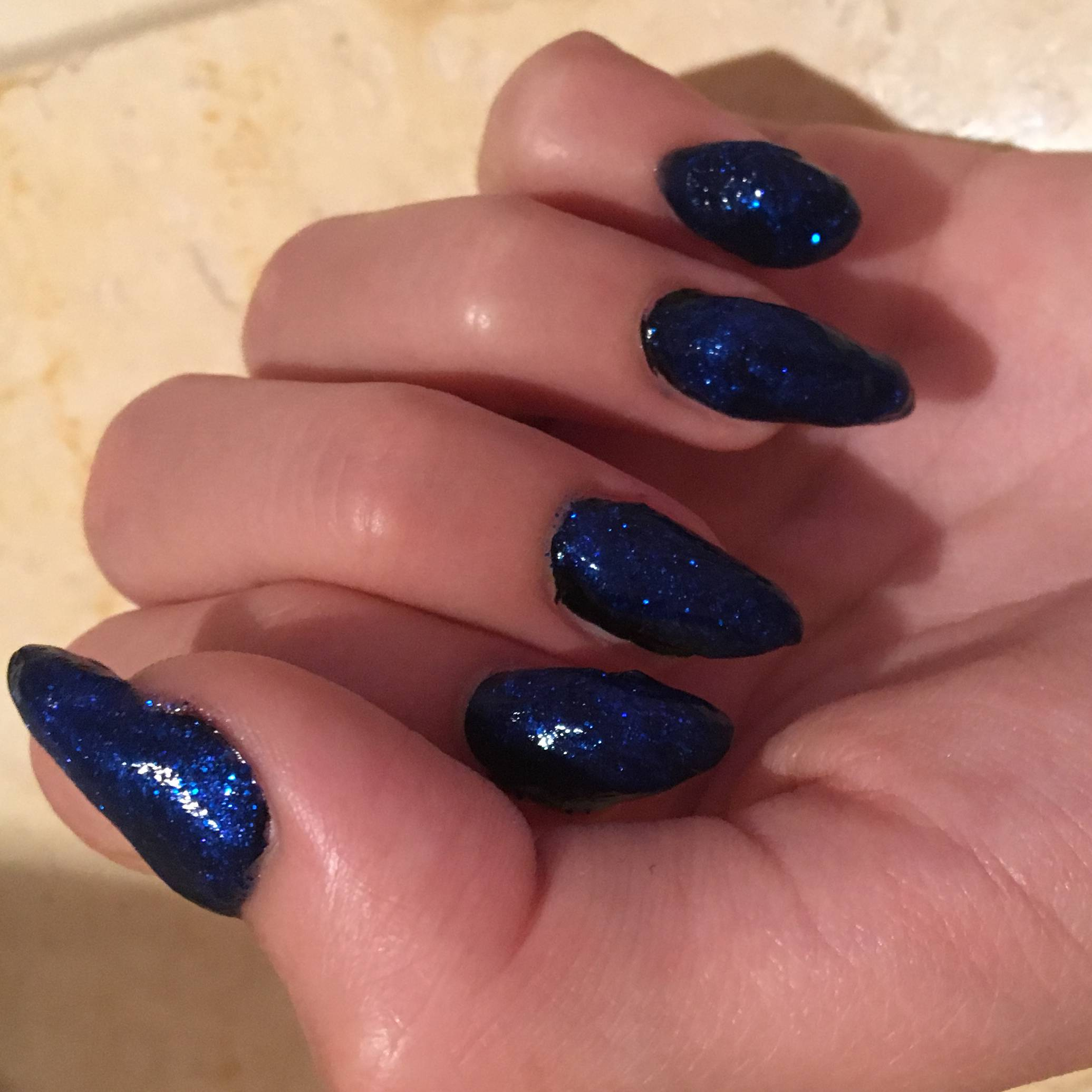 Наращенные ногти с синим блестящим покрытием