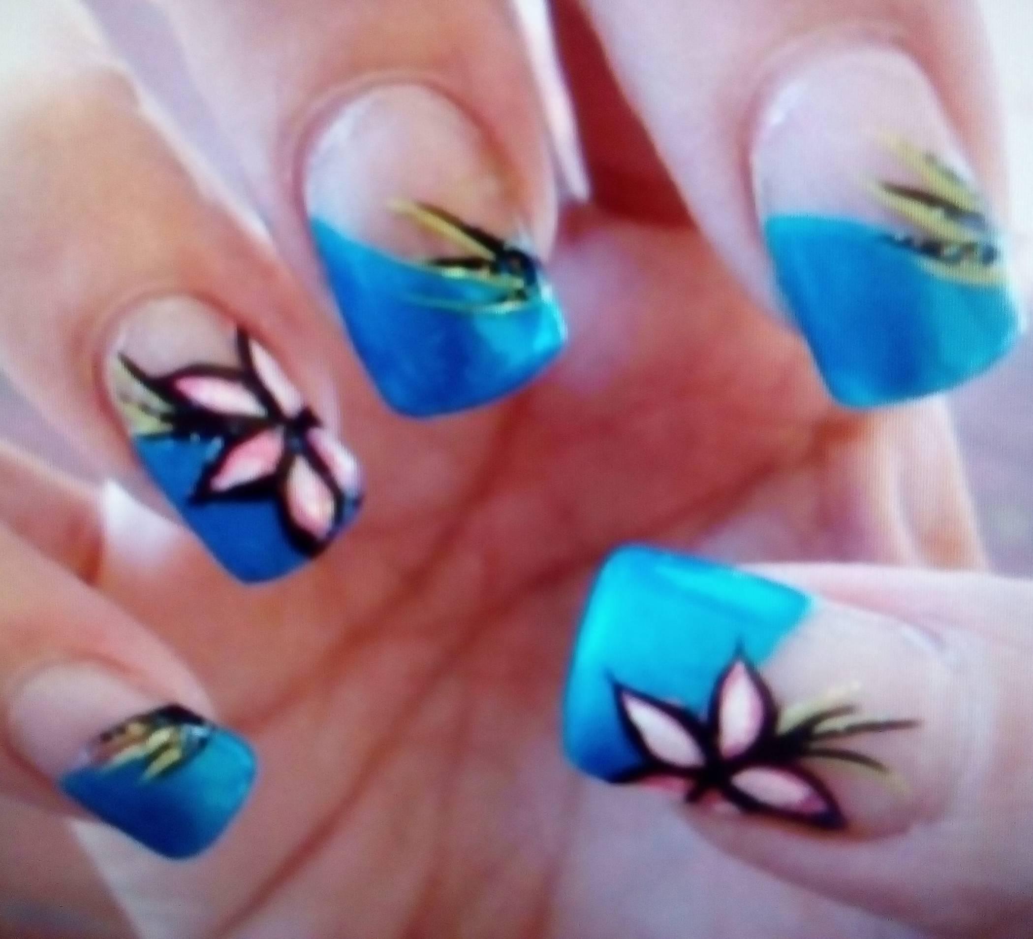 Цветы и ярко-голубой френч в маникюре