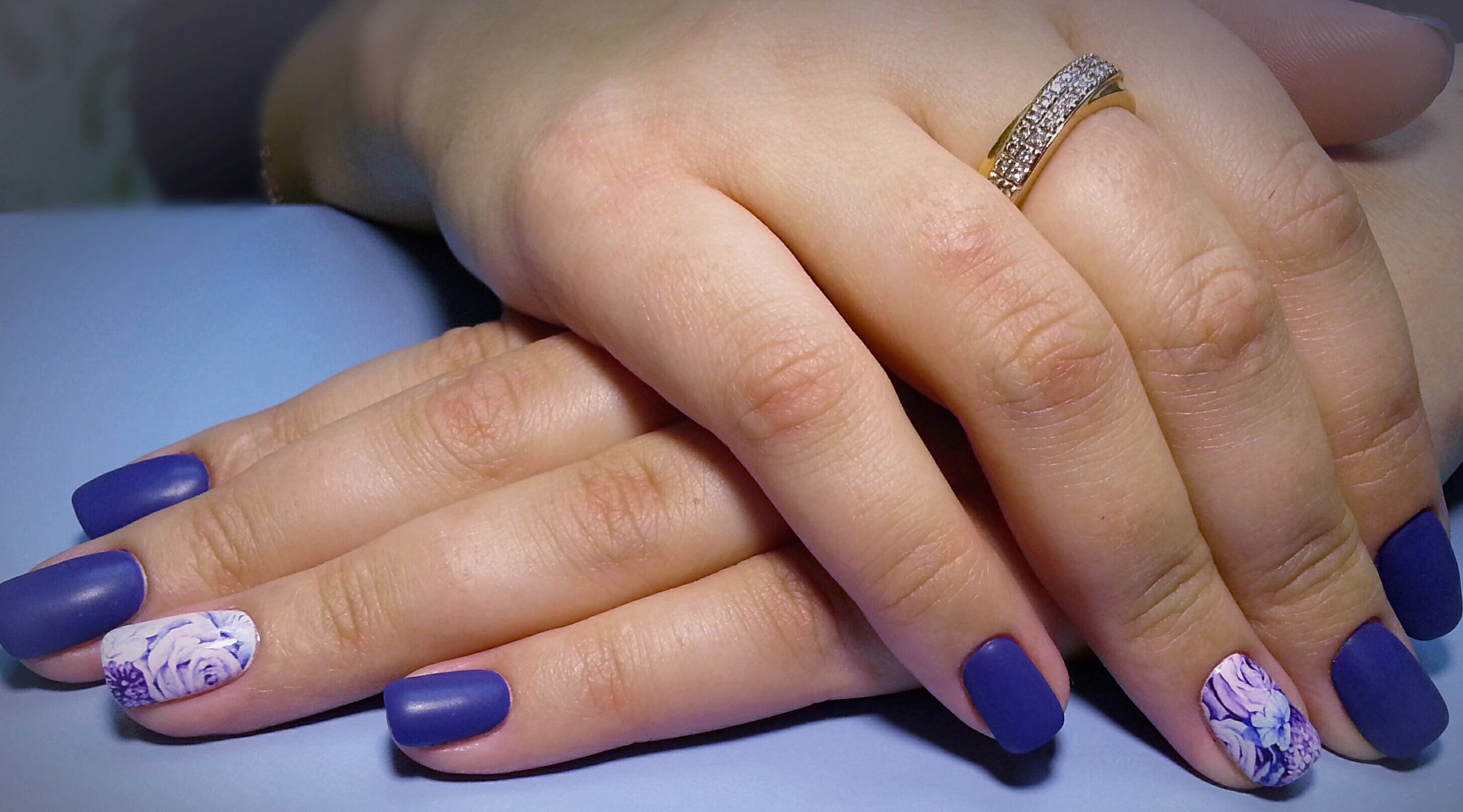 Синий маникюр с нежными цветами