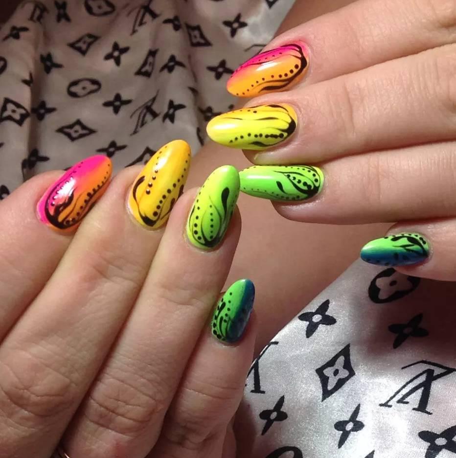 Радужный градиент для длинных ногтей