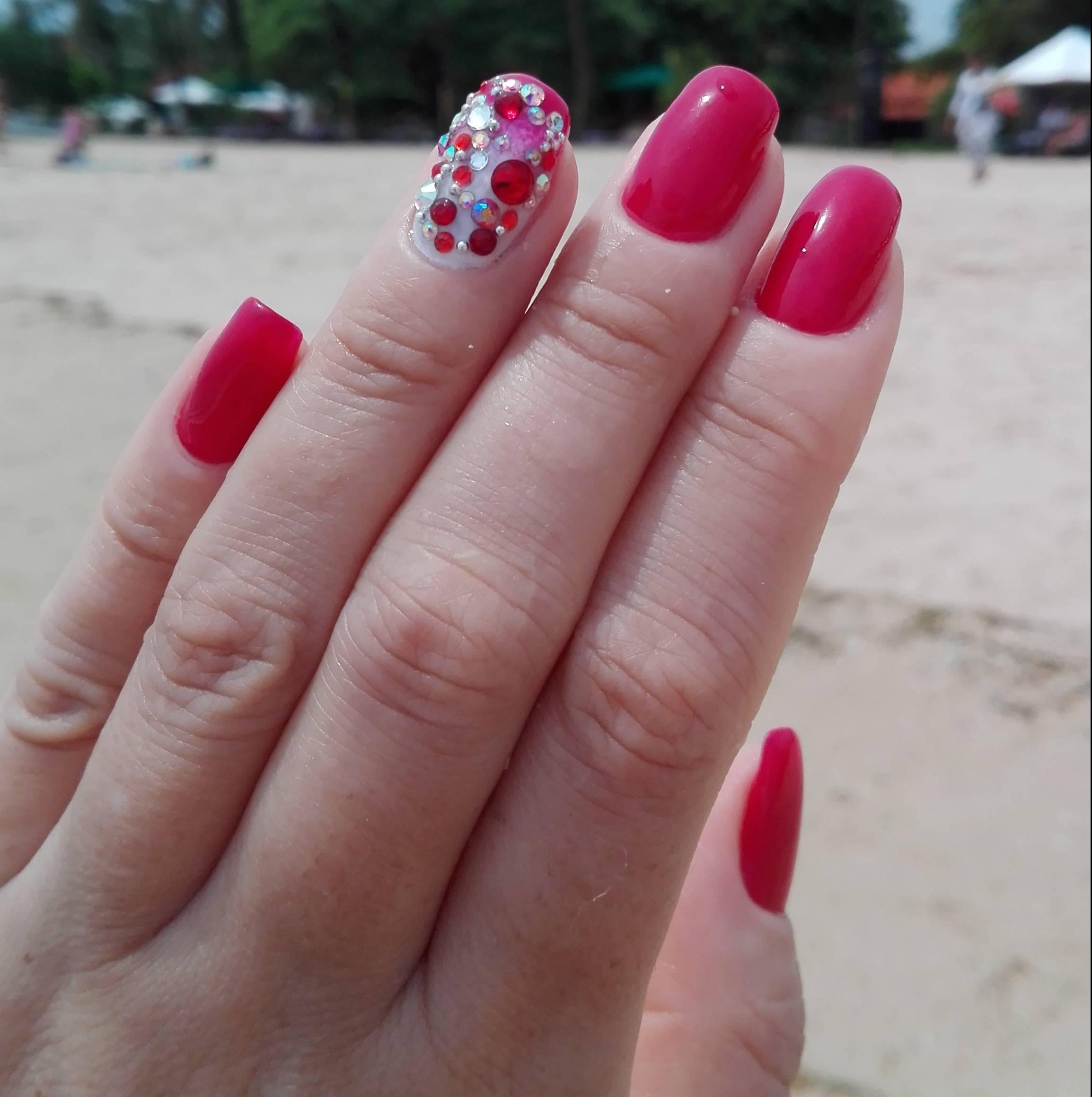 Розовые ногти со стразами