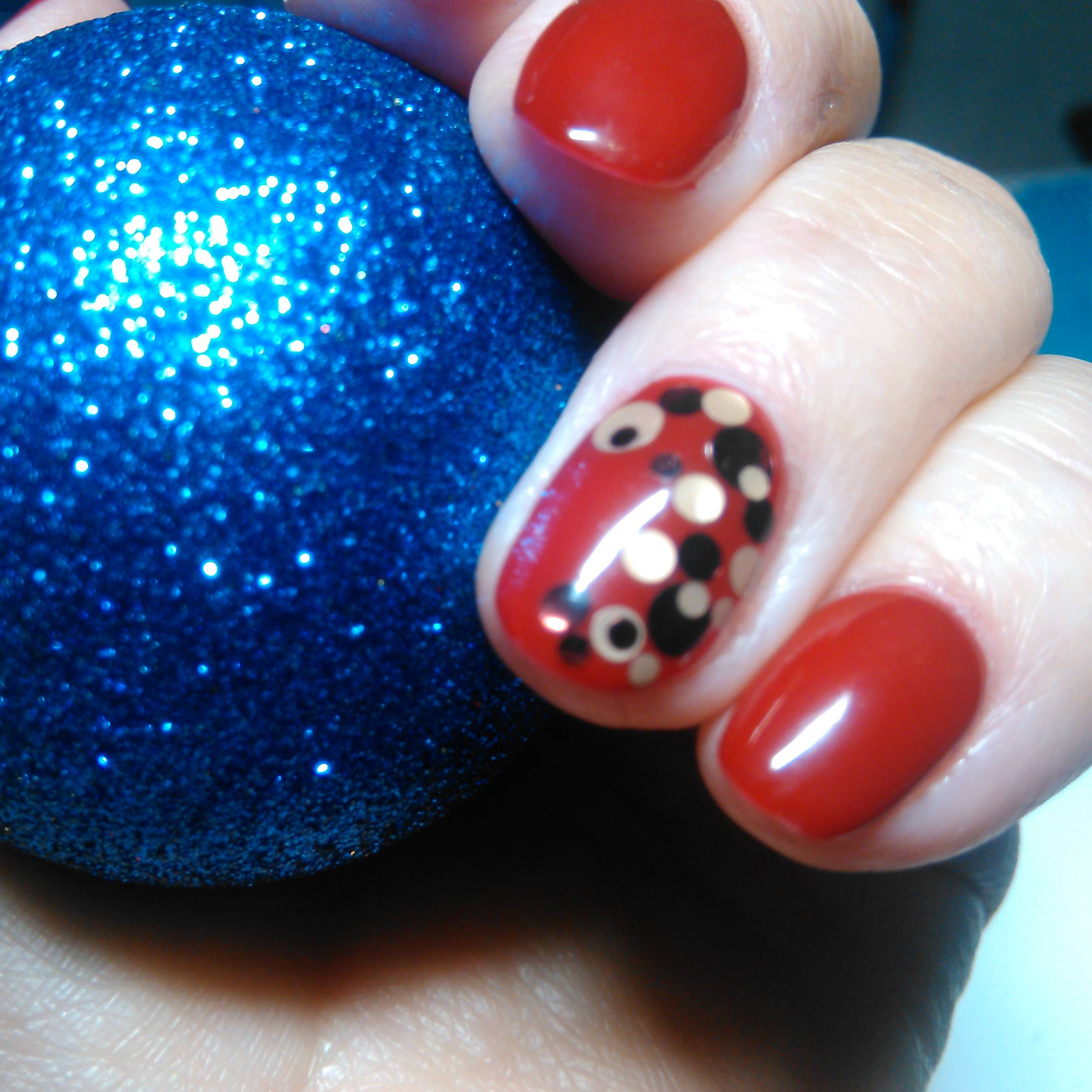 Черно-белые камифубуки на красных ногтях