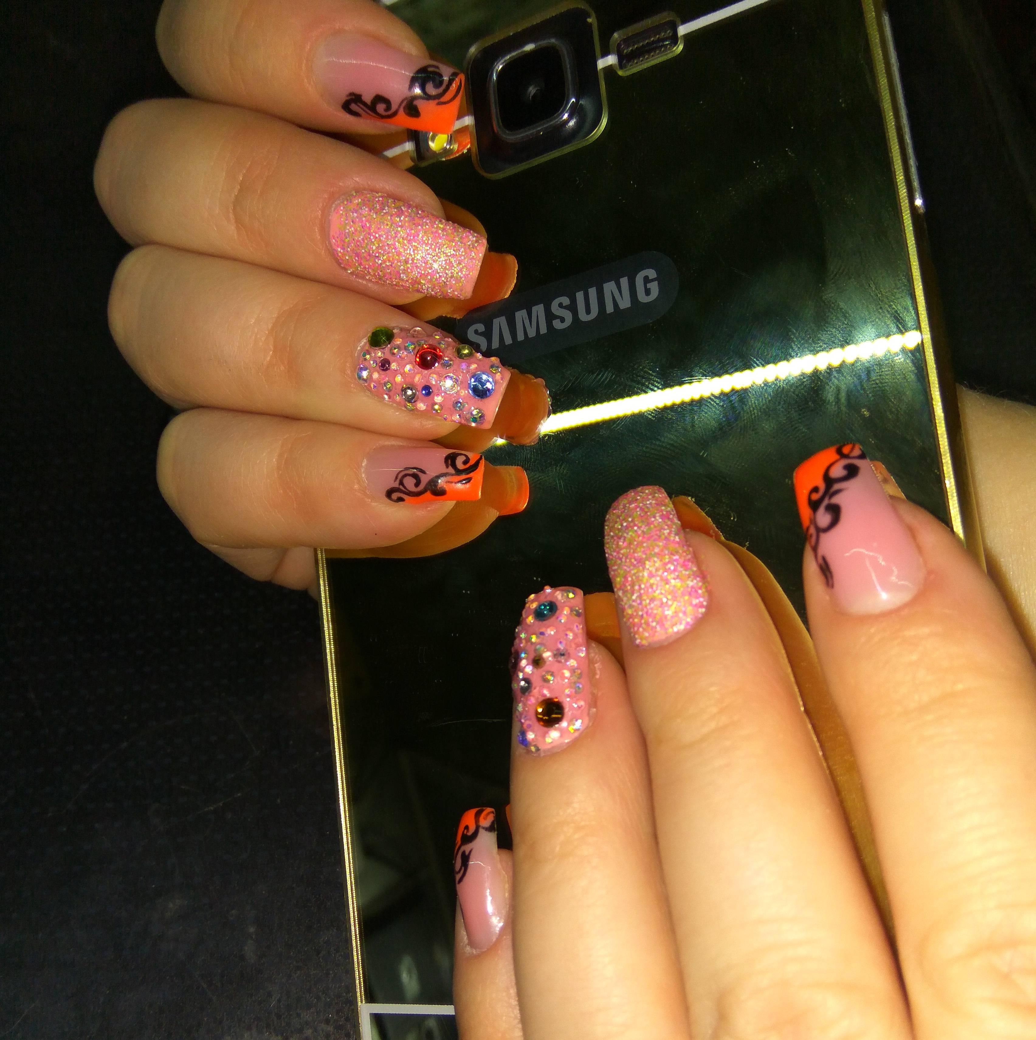 Наращенные ногти с матовым розовым покрытием и узорами