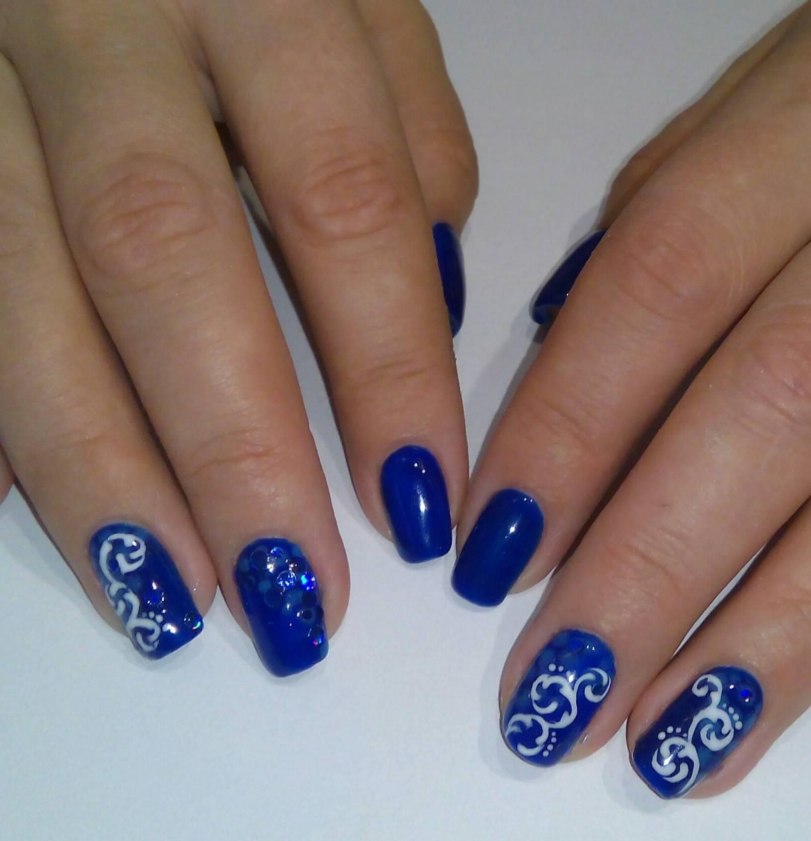 Синий маникюр с зимними завитками