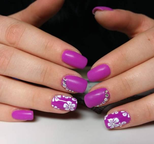 Яркий фиолетовый маникюр со стразами и цветами