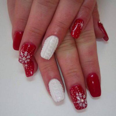 Зимний красно-белый маникюр с вязаными узорами
