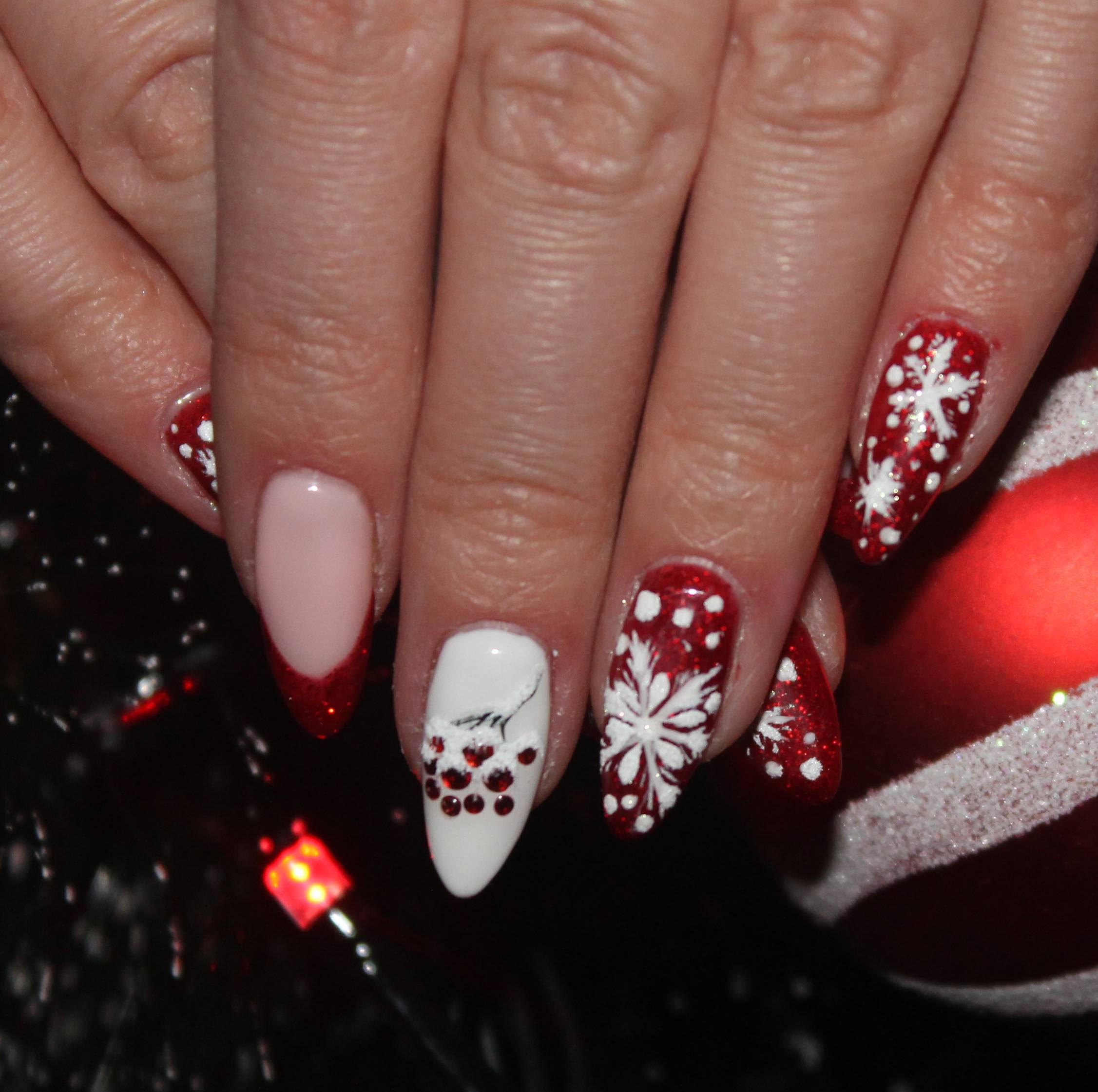 Блестящий красно-белый новогодний маникюр