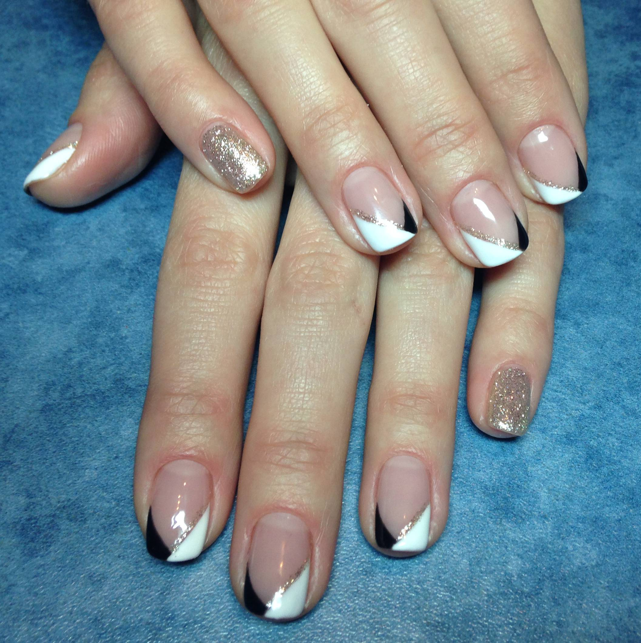 Геометрический френч и блестки на ногтях