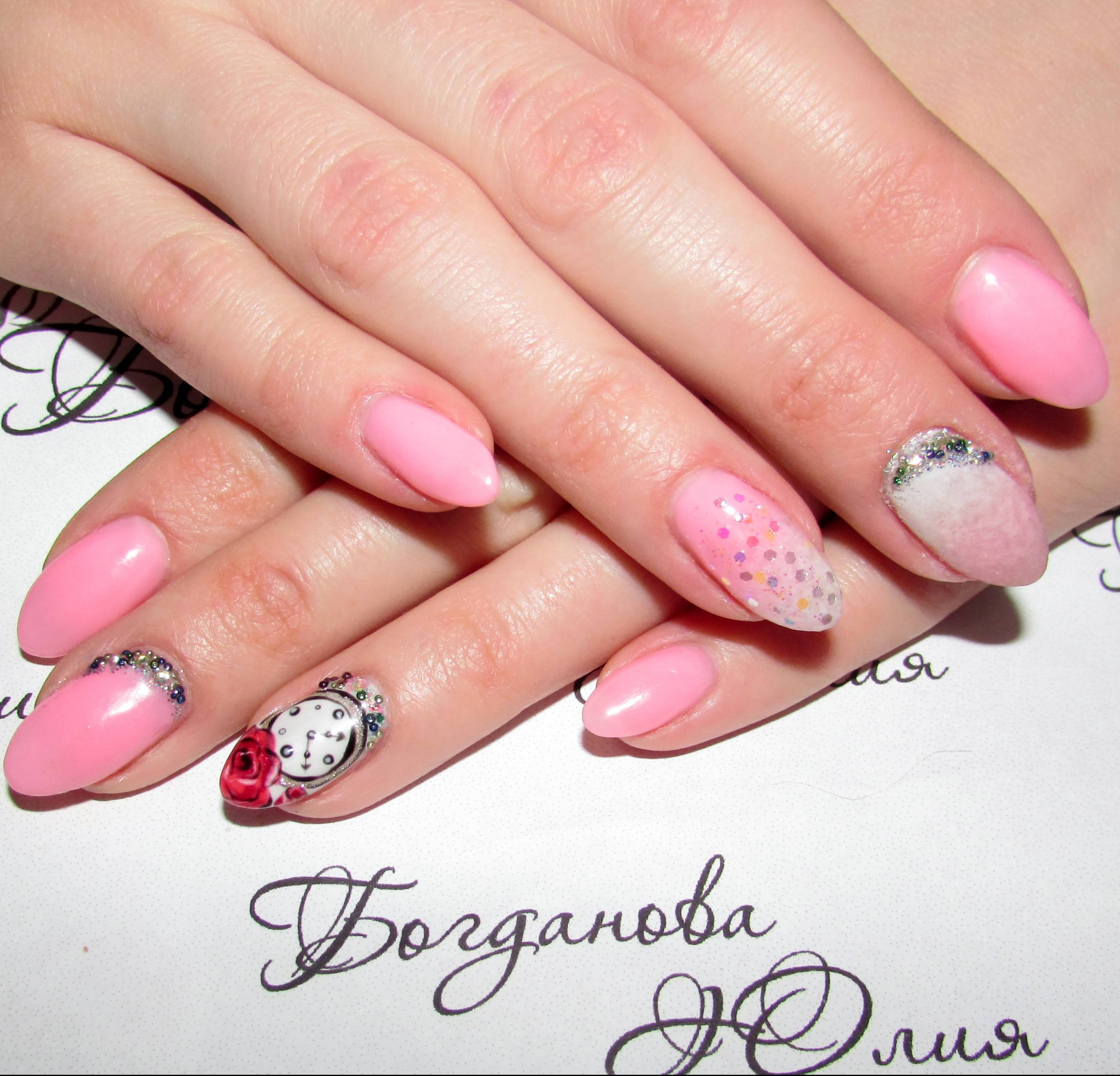 Милые часики в розовом маникюре