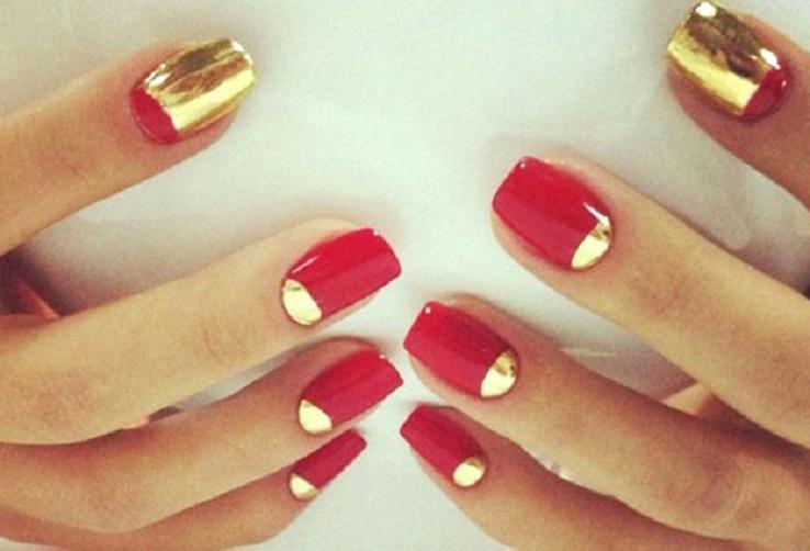 Красный маникюр с золотыми декорами