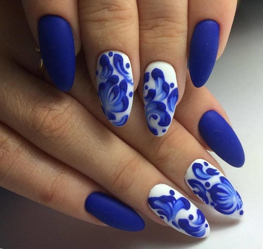 Синий матовый маникюр с цветочными узорами