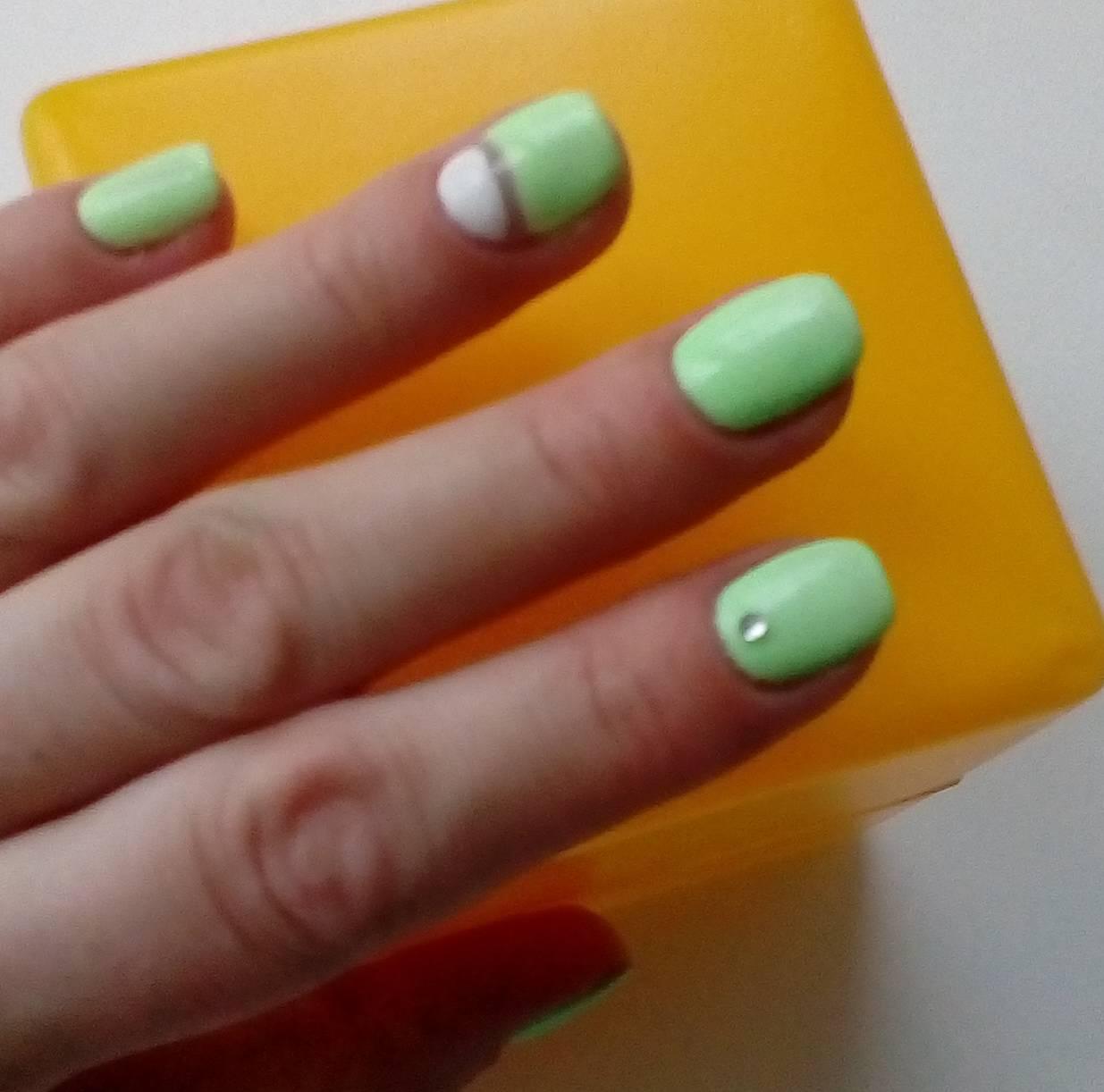 Нежно-зеленый маникюр для лета