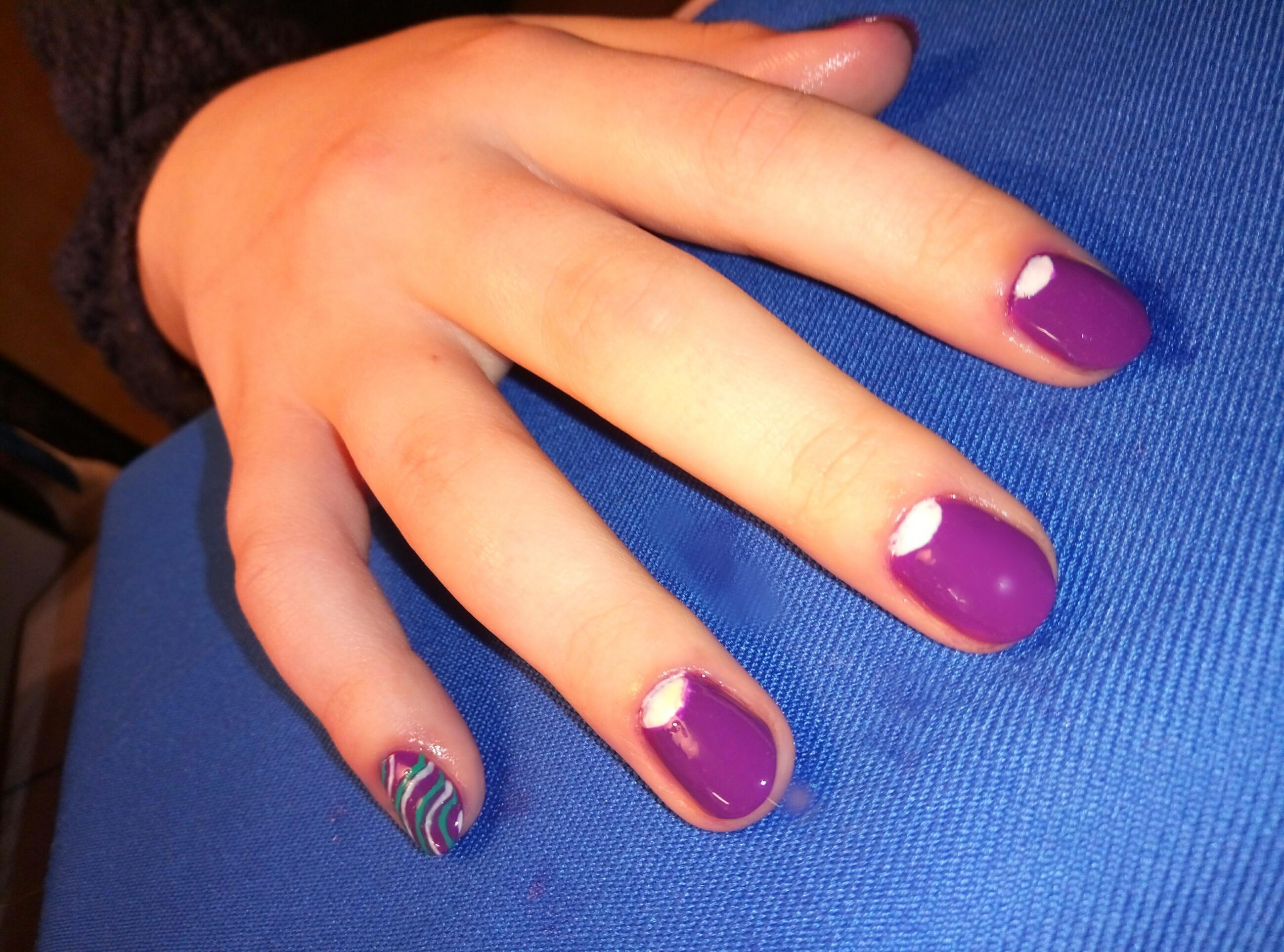 Фиолетовый маникюр с лунным френчем