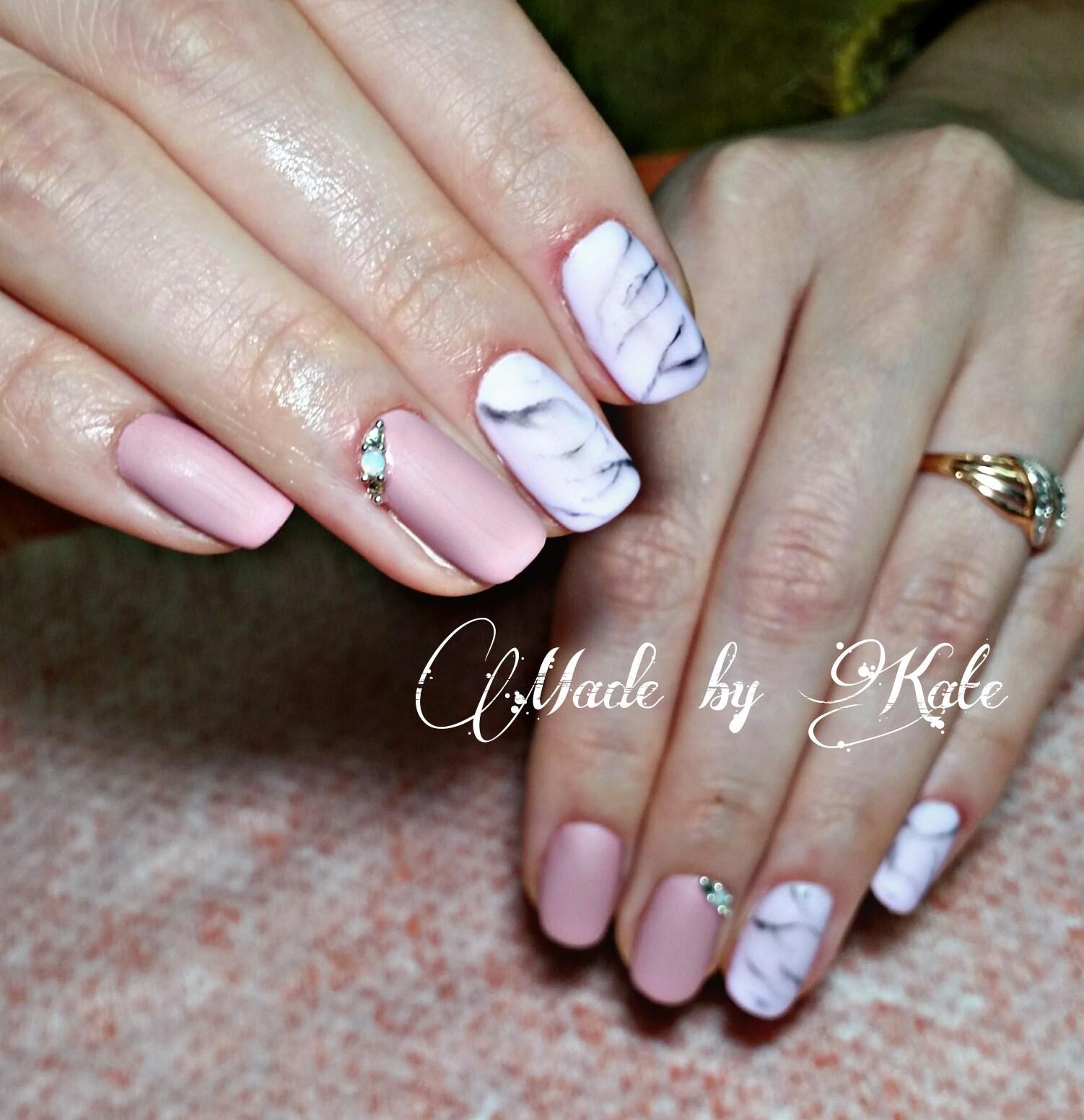 Мраморные узоры на длинных ногтях