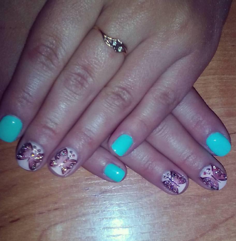 Фиолетовые бабочки на коротких ногтях