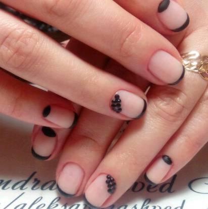 Бульонки и черный френч для коротких ногтей