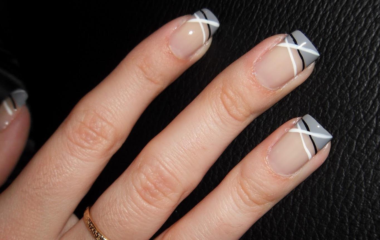Асимметричные полоски и серый френч в маникюре