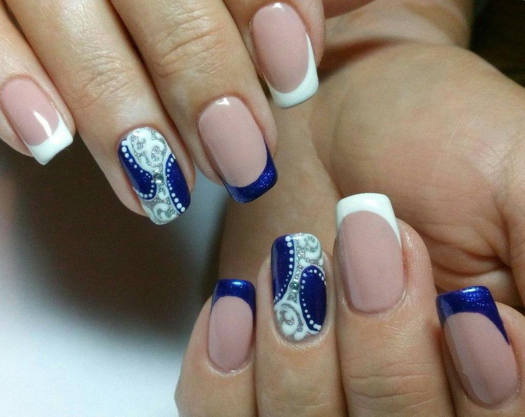 Зимние синие узоры на ногтях с френчем