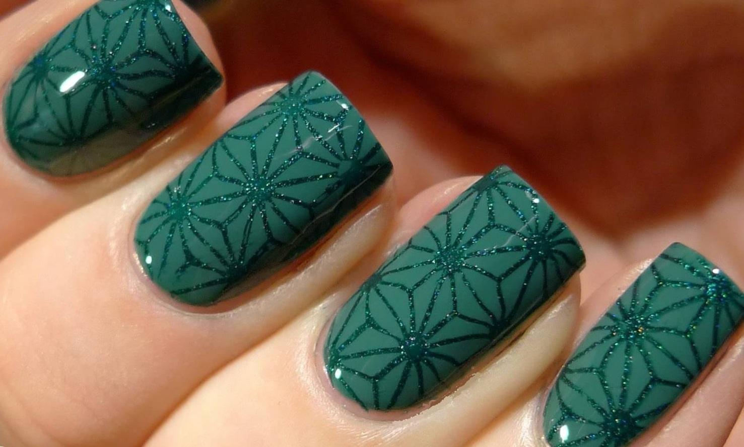 Темно-зеленый новогодний маникюр с блестками