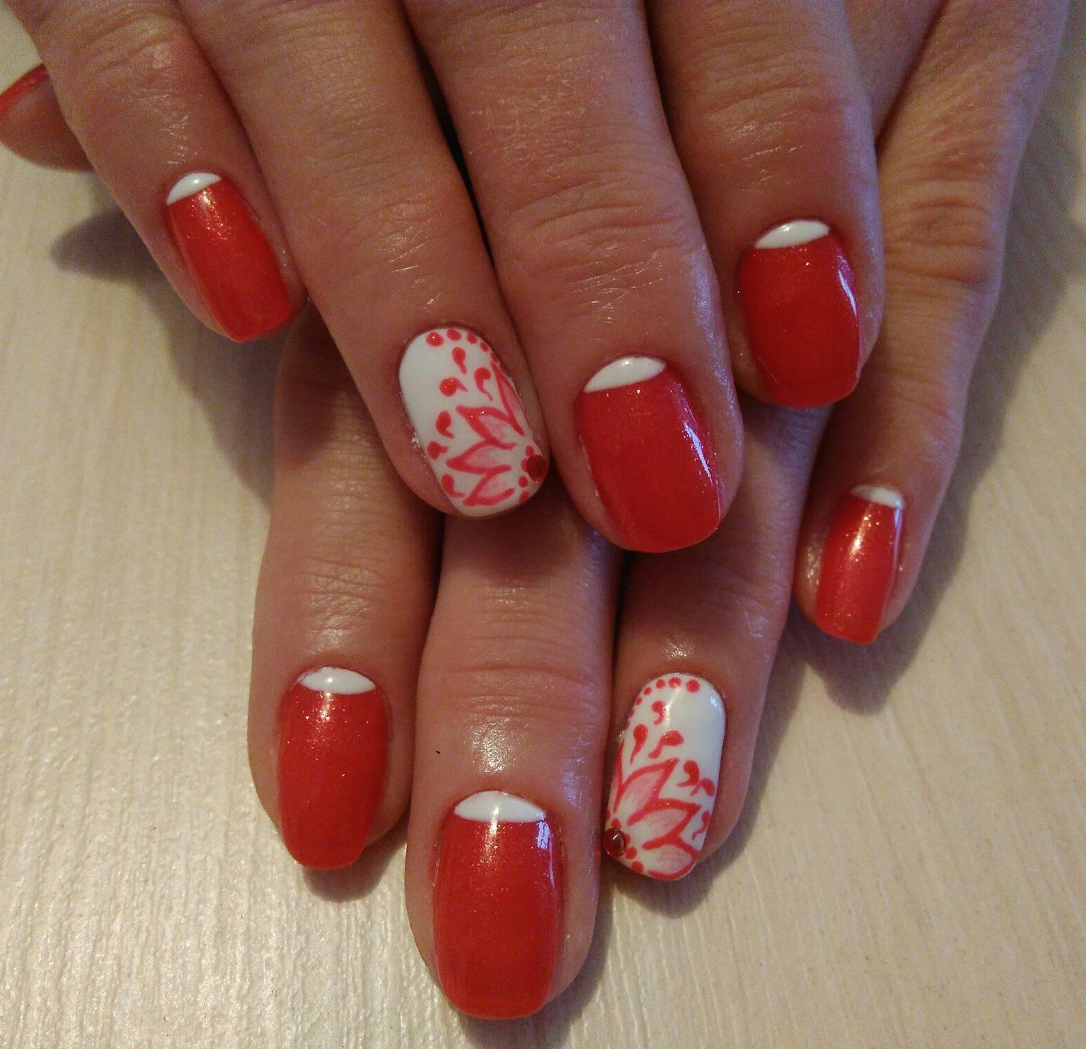 Стемпинг на красных ногтях