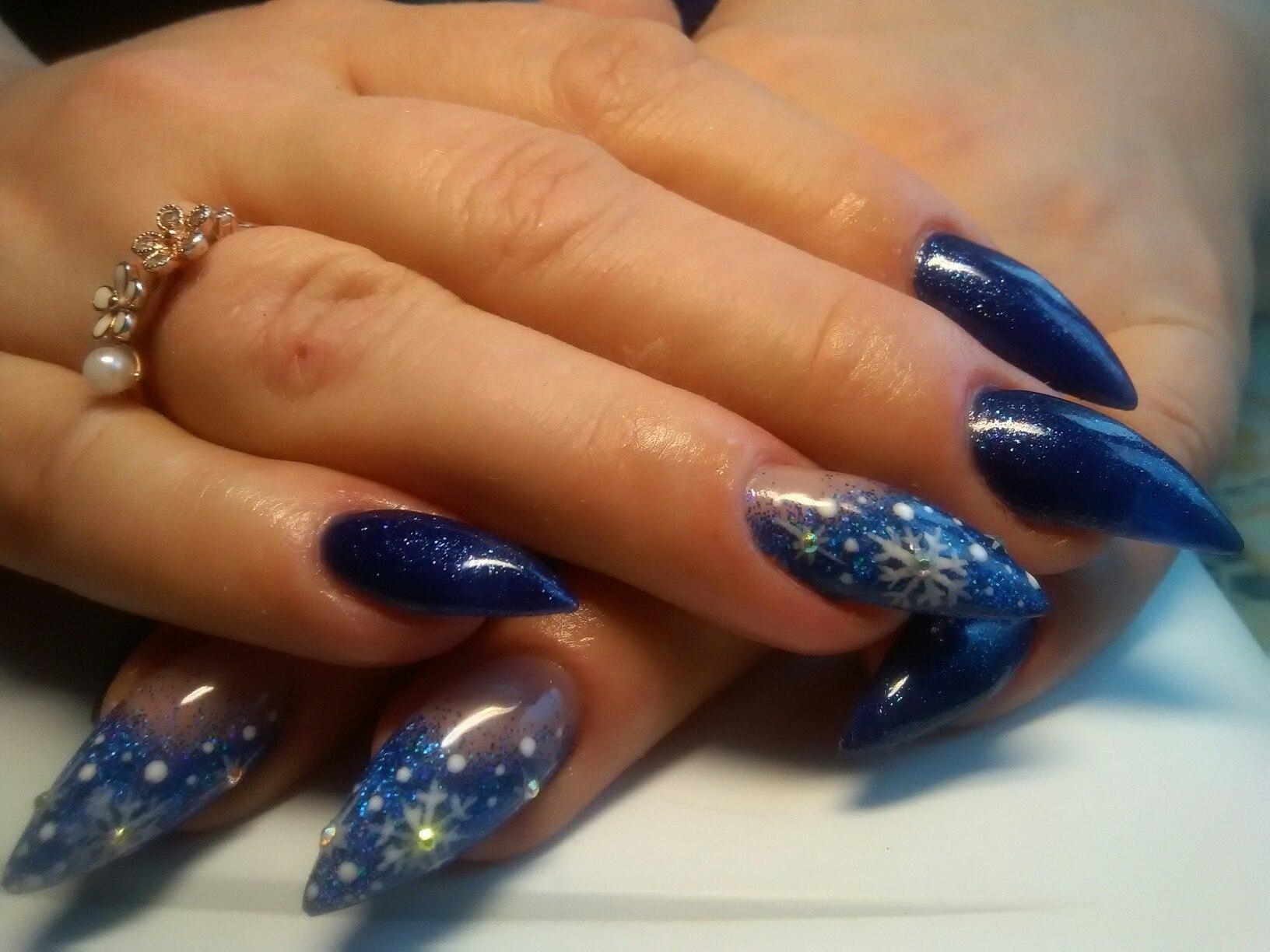 Наращенные синие ногти с новогодним дизайном