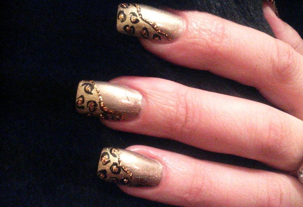 Золотой маникюр с леопардовым узором