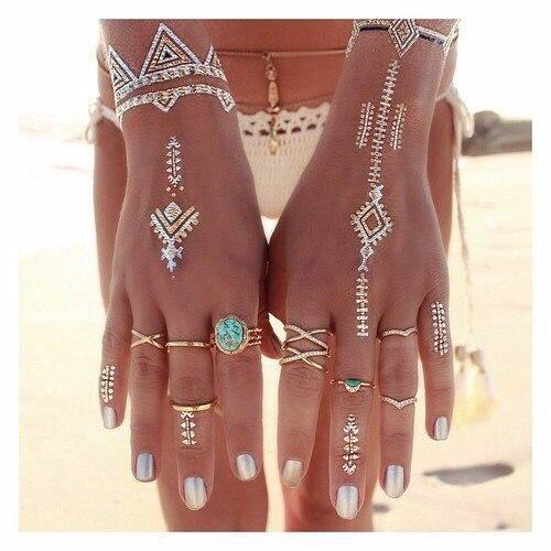 Красивые руки с перламутровым маникюром