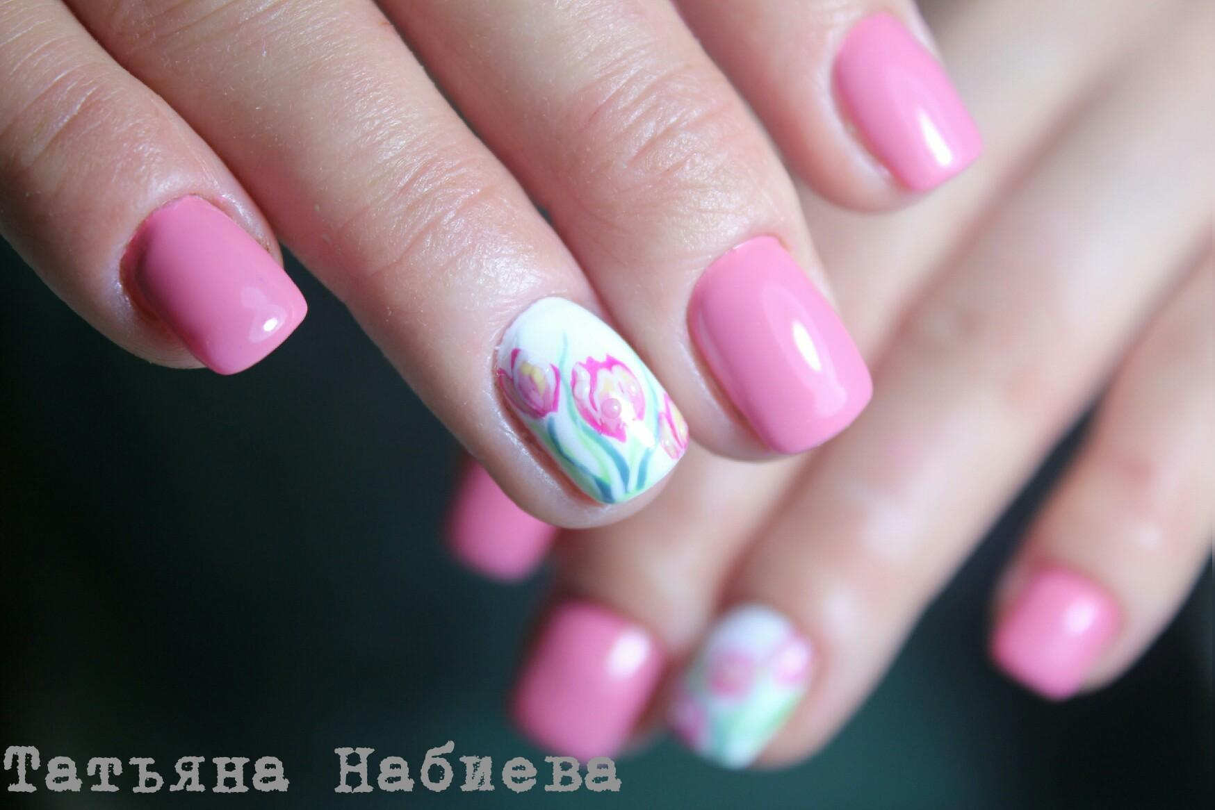 Весенний розовый маникюр с тюльпанами