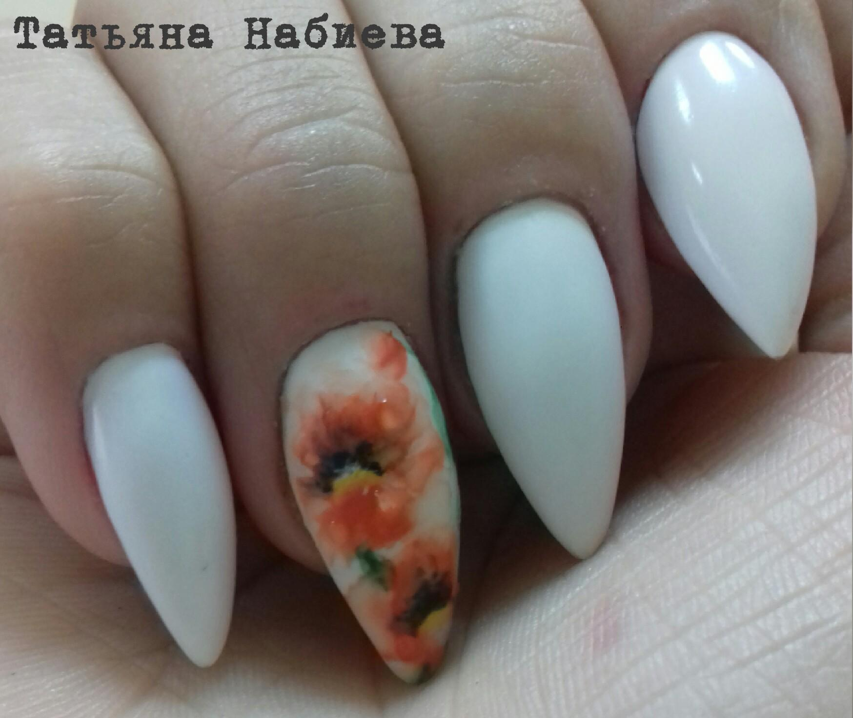 Наращенные белые ногти с весенним декором