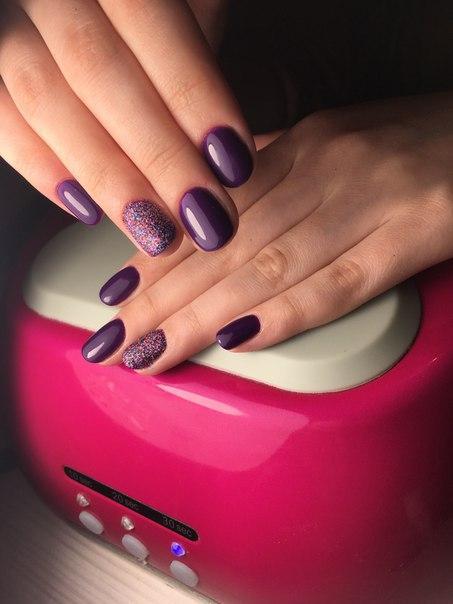 Милый фиолетовый маникюр с цветными блестками