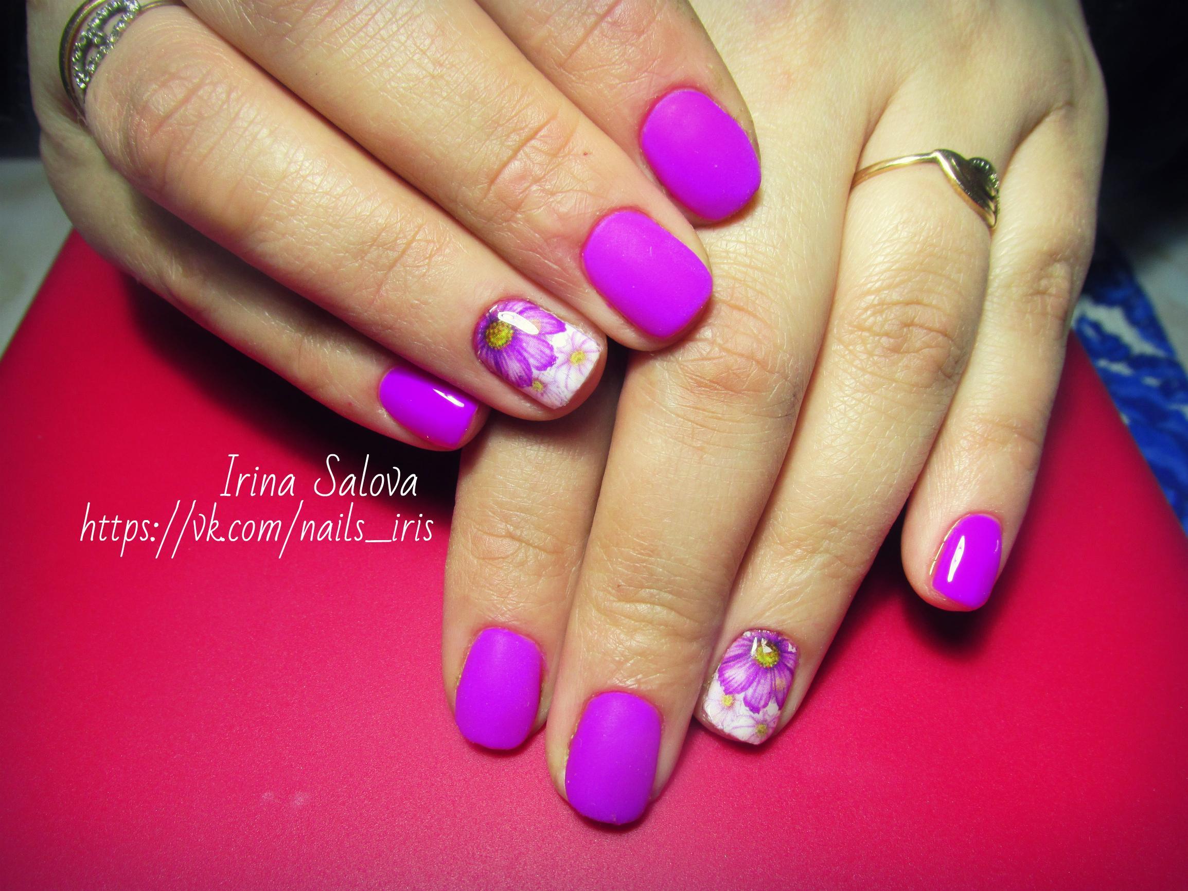 Фиолетовый маникюр с весенними цветами